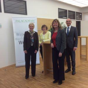 Von Links nach rechts: Produktionsleiterin Dr. Britta Bär, Betriebsratsvorsitzende Andrea Bläser, Elke Barth und Lothar Kiontke, Marketing Leiter bei Heraeus medical.